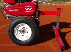 Motocultor máquina multifunción mantenimiento pistas tierra batida